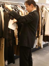 Stylist zoekt kleding uit